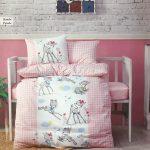 Posteljina za krevetac u dezenu roze bambi.